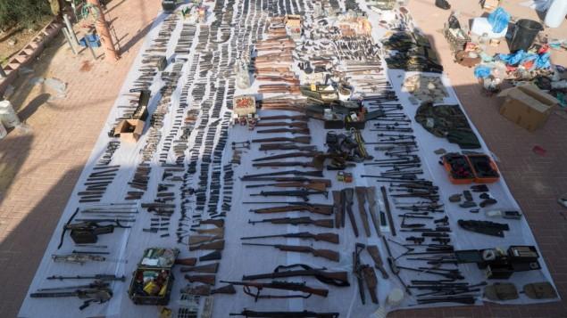 Des dizaines d'armes illégales saisies par les forces de sécurité israéliennes à Bethléem et à Hébron, le 23 août, 2016 (Crédit : Unité du porte parole de Tsahal)