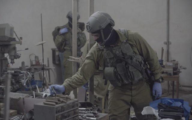 L'armée israélienne, la police et le service de sécurité du Shin Bet, ont saisi des machines qui auraient été utilisées pour fabriquer des armes illégales à Bethléem et à Hébron, le 23 août 2016. (Crédit : unité des porte-paroles de l'armée israélienne)