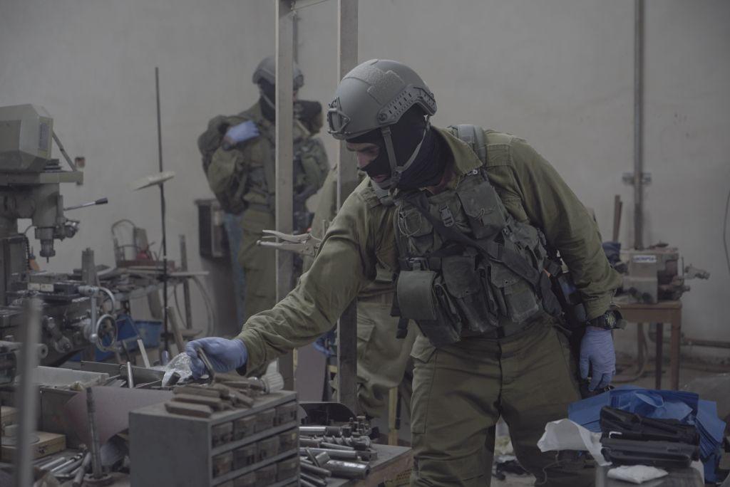 L'armée israélienne, ainsi que la police et le service de sécurité du Shin Bet, en train de saisir les machines qui auraient été utilisés pour fabriquer des armes illégales à Bethléem et à Hébron, le 23 août, 2016 (Crédit : Unité du porte-parole de Tsahal)