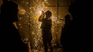 les soldats de Tsahal font irruption dans un atelier qui aurait été utilisé pour créer des armes illégales à Bethléem et à Hébron, le 23 août, 2016 (Crédit : Unité du porte parole de Tsahal)