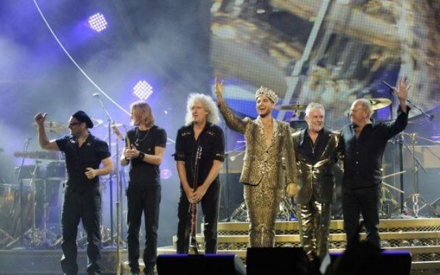 Les membres du groupe Queen avec Adam Lambert (en lamé doré), qui remplace l'adoré Freddie Mercury. (Crédit : Queen)