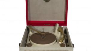 Ce tourne-disque Dansette datant de 1958 environ était l'un des modèles recherchés par les adolescents juifs de Londres. (Crédit : musée juif de Londres)