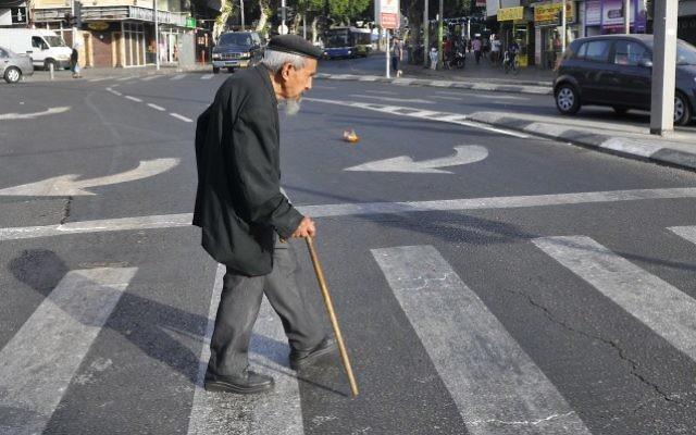 Un vieil homme dans les rues de Tel Aviv, le 20 mai 2009 (Crédit : Serge Attal/Flash 90)
