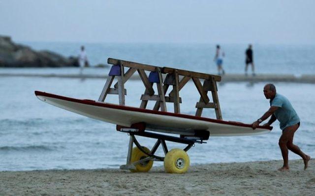 Un sauveteur sur une plage de Tel Aviv. Illustration. (Crédit : Moshe Shai/Flash90)