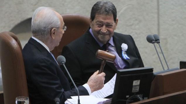 Shimon Peres (à gauche), alors président d'Israël avec Binyamin 'Fuad' Ben-Eliezer, alors député, à la session d'inauguration de la Knesset, le 5 février 2013. (Crédit : Miriam Alster/Flash90)