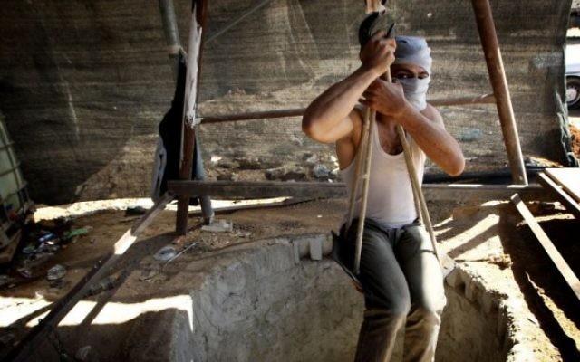 Photo d'illustration d'un travailleur palestinien dans un tunnel, dans le sud de la bande de Gaza (Crédit : Abed Rahim Khatib / Flash90)