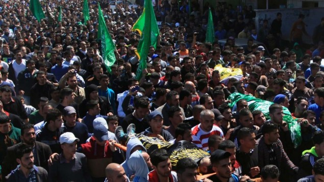 Des palestiniens portent les corps de Yazan Basim, Mahmoud Abu Zena et Hamza Abu Al-Haija pendant leurs funérailles au camp de réfugiés de Jénine, en Cisjordanie, le 22 mars 2014. (Crédit : Issam Rimawi/Flash90)