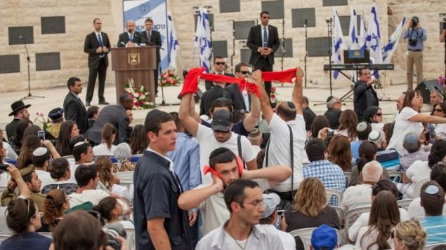 Manifestation contre la décision d'Israël de libérer des prisonniers palestiniens dans le cadre des négociations menées par les Etats-Unis pendant un discours du Premier ministre Benjamin Netanyahu lors d'une cérémonie organisée au cimetière militaire du mont Herzl, à Jérusalem, le 5 mai 2015. (Crédit : Emil Salman/Pool/Flash90)