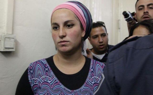 """Eliraz Fein, Israélienne de 24 ans habitant dans l'implantation radicale de Yitzhar, dans le nord de la Cisjordanie, est amenée devant les juges pour suspicion d'""""incitation à la violence contre des soldats"""" et des arabes, le7 mai 2014. (Crédit : Meital Cohen/Flash90)"""