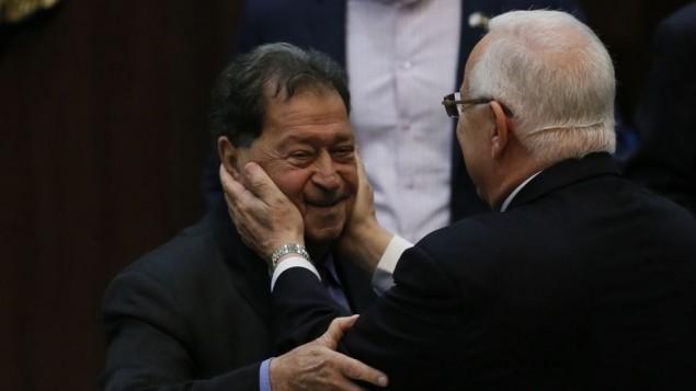 Reuven Rivlin, alors candidat à la présidence, avec l'ancien candidat et alors député Binyamin Ben-Eliezer pendant l'élection présidentielle à la Knesset, le 10 juin 2014. (Crédit : Miriam Alster/Flash90)