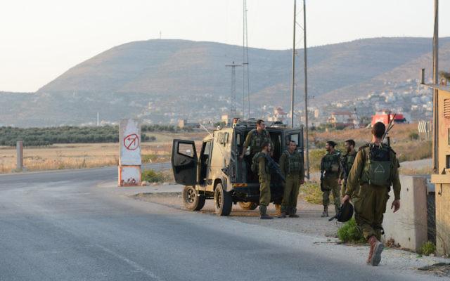 Des soldats patrouillent près de Naplouse (Crédit : Unité des portes paroles de l'armée / Flash90)