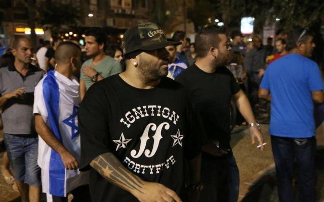 Le rappeur israélien Yoav Eliasi lors d'une manifestation d'extrême droite pour soutenir l'offensive israélienne dans la bande de Gaza, à Tel-Aviv, le 9 août 2014. (Crédit : Flash90)