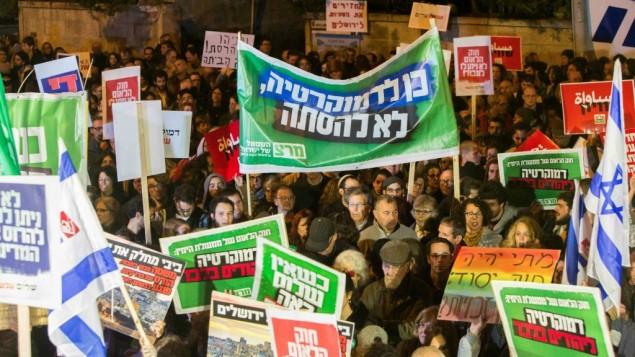 """Des militants de gauche manifestent contre le projet de loi """"Etat juif"""" devant la résidence du Premier ministre, à Jérusalem, le 29 novembre 2014. (Crédit : Yonatan Sindel/Flash90)"""
