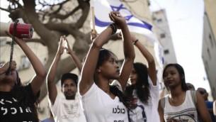 Des Israéliens éthiopiens manifestent contre la violence et le racisme dirigés contre les Israéliens d'origine éthiopienne, à Tel Aviv, le 18 mai 2015. (Crédit : Tomer Neuberg/Flash90)