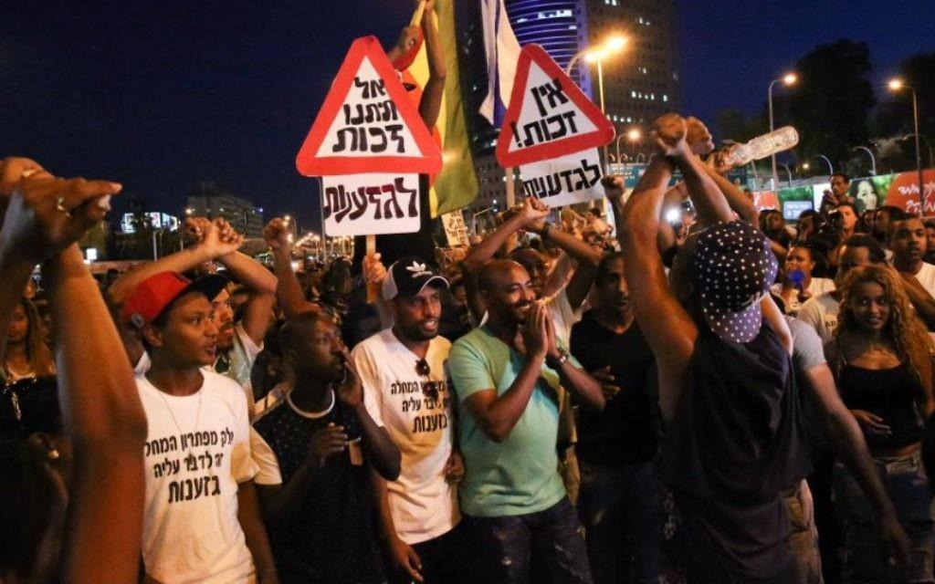 Des Israéliens éthiopiens manifestent contre la violence policière et les mauvais traitements dans la société israélienne, à Tel Aviv, le 3 juin 2015. (Crédit : Flash90)