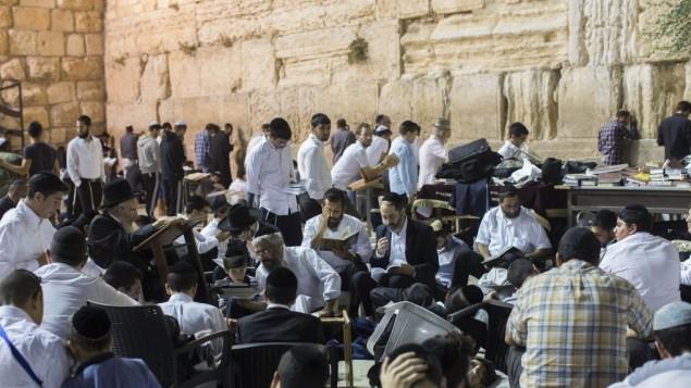 Des juifs prient ensemble au mur Occidental de la Vieille Ville de Jérusalem, à Tisha BeAv, le 26 juillet 2015. (Crédit : Yonatan Sindel/Flash90)