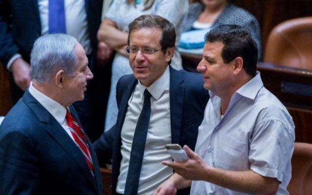 Le Premier ministre Benjamin Netanyahu (à gauche) avec le chef de l'opposition et de l'Union sioniste Isaac Herzog (au centre), et le dirigeant de la Liste arabe unie, Ayman Odeh, à la Knesset, le 2 septembre 2015. (Crédit : Yonatan Sindel/Flash90)