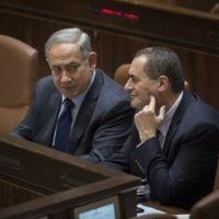 Le Premier ministre Benjamin Netanyahu et le ministre des Transports Yisrael Katz au cours d'une session plénière de la Knesset, le 8 février 2016. (Crédit : Hadas Parush/Flash90)
