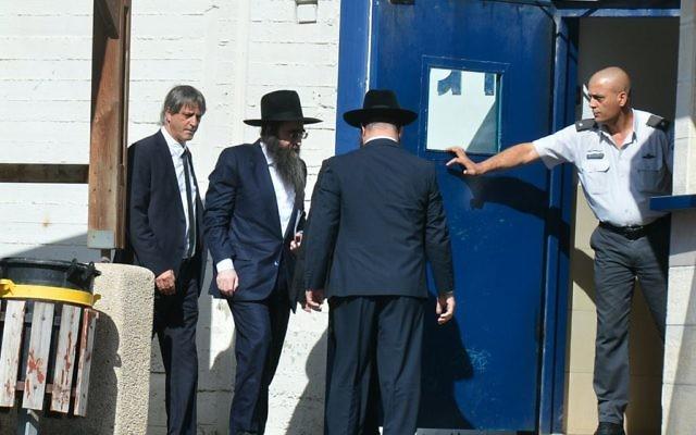 Le rabbin Yoshiyahu Pinto entre dans la prison de Nitzan, le 16 février 2016. (Crédit : Flash90)