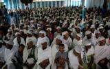 Des membres de la communauté juive éthiopienne, les Falash Mura, assistent à un office religieux avant de participer au repas du Seder de Pessah, dans la synagogue de Gondar, en Ethiopie, le 22 avril 2016 (Crédit: Miriam Alster/Flash90)