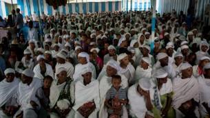 Les membres de la communauté juive éthiopienne, les Falashas, avant un service de prière avant d'assister au repas de seder, dans la synagogue de Gondar, en Ethiopie, le 22 avril 2016 (Crédit : Miriam Alster / FLASH90)