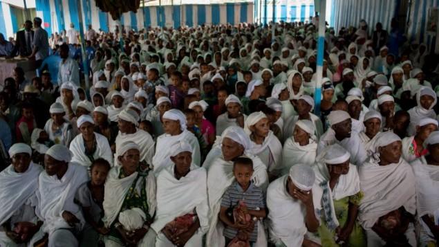 Les membres de la communauté juive éthiopienne, les Falashas, avant un service de prière avant d'assister au repas de seder, dans la synagogue de Gondar, en Ethiopie, le 22 avril 2016 (Crédit : Miriam Alster/Flash90)
