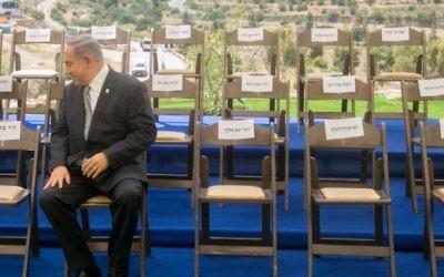 Le Premier ministre Benjamin Netanyahu attend les ministres avant une réunion spéciale du cabinet pour la Journée de Jérusalem, à Jérusalem, le 2 juin 2016. (Crédit : Marc Israel Sellem/Pool)