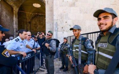 La police dans la Vieille Ville de Jérusalem pendant le deuxième vendredi du mois musulman saint de Ramadan, le 17 juin 2016. (Crédit : Mendy Hechtman/Flash90)