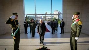 Le président de l'Autorité palestinienne Mahmoud Abbas dépose une gerbe sur la tombe du président palestinien défunt Yasser Arafat avant l'Aïd el-Fitr, qui marque la fin du ramadan, à Ramallah, le 6 juillet 2016. (Crédit : Flash90)