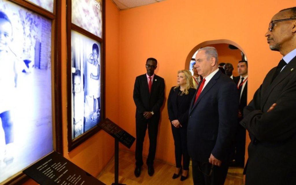 De gauche à droite : Honore Gatera, directeur du Mémorial du Génocide à Kigali, le Premier ministre Benjamin Netanyahu, sa femme Sara, et le président du Rwanda Paul Kagame, à Kigali, au Rwanda, le 6 juillet 2016 (Crédit : Kobi Gideon/GPO)