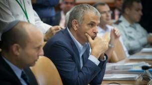 Moshe Kahlon, ministre des Finances, pendant la réunion hebdomadaire du cabinet aux bureaux du Premier ministre, à Jérusalem, le 31 juillet 2016. (Crédit : Ohad Zwigenberg/Pool/Flash90)
