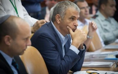 Moshe Kahlon, ministre des Finances, pendant la réunion hebdomadaire du cabinet dans les bureaux du Premier ministre, à Jérusalem, le 31 juillet 2016. (Crédit : Ohad Zwigenberg/Pool/Flash90)