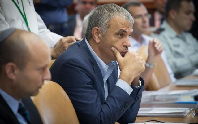 Le ministre des Finances Moshe Kahlon pendant la réunion hebdomadaire du cabinet, le 31 juillet 2016. (Crédit : Ohad Zwigenberg/Pool)
