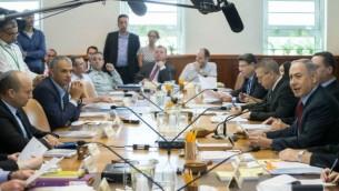Le Premier ministre Benjamin Netanyahu mène la réunion hebdomadaire du cabinet aux bureaux du Premier ministre, à Jérusalem, le 31 juillet 2016. (Crédit : Ohad Zwigenberg/Pool/Flash90)