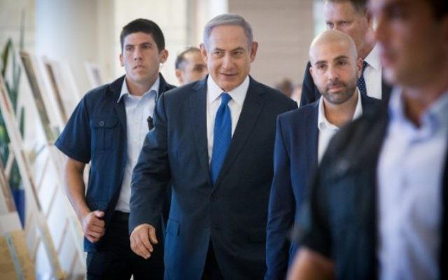 Le Premier ministre Benjamin Netanyahu arrive à la réunion de Likud à la Knesset, le 1er août 2016. (Crédit : Miriam Alster/Flash90)