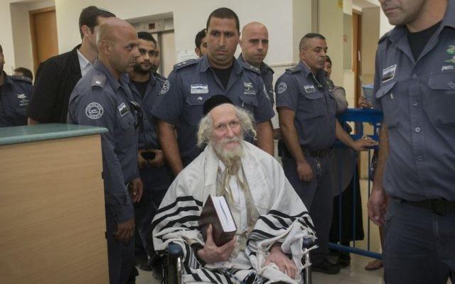 Rabbi Eliezer Berland couvert de son châle de prière à la Cour de première instance de Jérusalem à Jérusalem le 1er août 2016 (Crédit : Yonatan Sindel / Flash90)