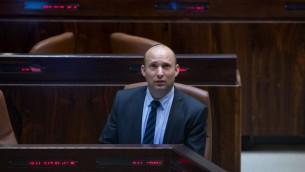 Naftali Bennett, ministre de l'Éducation et président du parti HaBayit HaYehudi, à la Knesset, le 1er août 2016. (Crédit : Yonatan Sindel/Flash90)