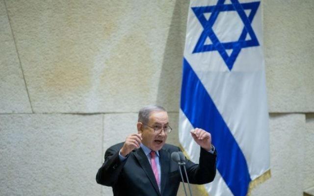 Le Premier ministre Benjamin Netanyahu à la tribune de la Knesset pendant une session spéciale commémorant l'anniversaire de la mort de Zeev Jabotinsky, inspirateur du sionisme de droite, le 3 août 2016. (Crédit : Yonatan Sindel/Flash90)
