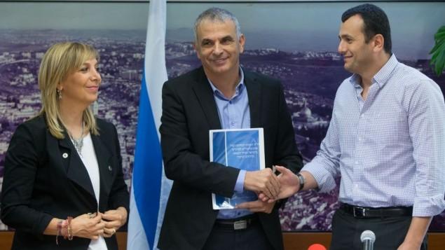 Le ministre des Finances, Moshe Kahlon, (au centre) avec la directrice générale du ministère de la Justice Emi Palmor (à gauche) et le directeur général du ministère des Finances, Shai Babad, pendant une conférence de presse sur les jeux d'argent légaux en Israël, au bureau du ministère des Finances à Jérusalem, le 3 août  2016. (Crédit : Yonatan Sindel/Flash90)