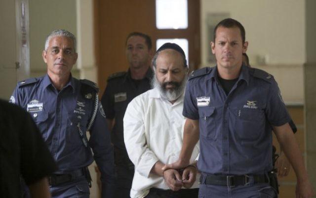 Alon Shamir, thérapeute de 50 ans, escorté par des gardes de prison pour une audience à la Cour du district de Jérusalem, le 7 août 2016. (Crédit : Yonatan Sindel/Flash90)