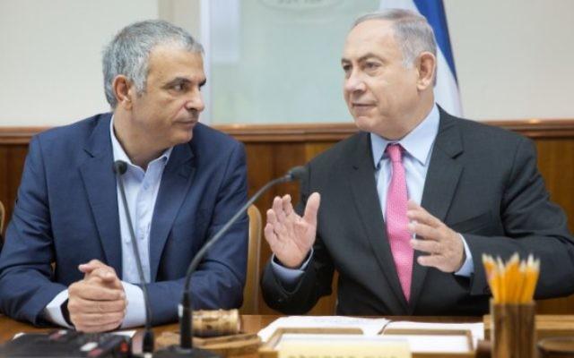 Le Premier ministre Benjamin Netanyahu (à droite) avec le ministre des Finances Moshe Kahlon lors de la réunion hebdomadaire du cabinet à Jérusalem, le 11 août 2016. (Crédit : Emil Salman/Pool)