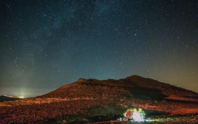 Vues des étoiles pendant une pluie de météores dans le ciel du désert du Néguev, près de Mitzpe Ramon, le 1é août 2016. (Crédit : Edi Israel/Flash90)