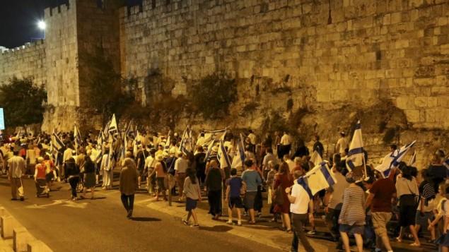 Une marche organisée à Tisha BeAv par 'Women in green' autour des murs de la Vieille Ville de Jérusalem, appelant Israël à autoriser les juifs à prier sur le mont du Temple, le 13 août 2016. (Crédit : Gershon Elinson/Flash90)