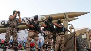 """Des membres palestiniens des brigades Ezzedine al-Qassam, branche armée du Hamas, exposent des roquettes Qassam """"maison"""" pendant une parade militaire anti-Israël, à Rafah, dans le sud de la bande de Gaza,le 21 août 2016. (Crédit : Abed Rahim Khatib/Flash90)"""