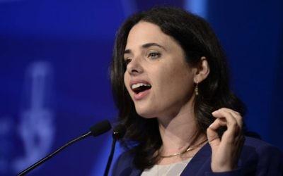 La ministre de la Justice Ayelet Shaked pendant une réunion de l'association du barreau israélienne, à Tel Aviv, le 30 août 2016. (Crédit : Tomer Neuberg/Flash90)