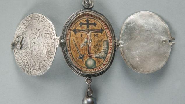 Pendentif portant l'emblème de l'Inquisition, Mexique, 17° siècle. Artiste inconnu ; argent, or et huile sur cuivre. (Crédit : autorisation)