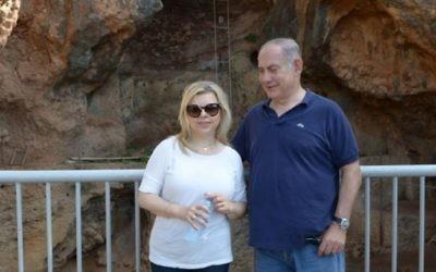 Le Premier ministre Benjamin Netanyahu et son épouse Sara dans la réserve naturelle de Nahal Mearot, dans le nord d'Israël, le 19 août 2016. (Crédit : Amos Ben Gershom/GPO)