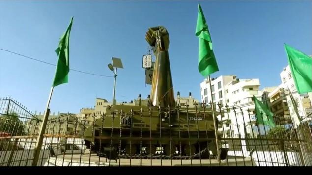 Une imposante statue d'un poing tenant les plaques d'identification militaire d'un soldat israélien mort au combat, Oron Shaul, dans une vidéo du Hamas présentant la bande de Gaza comme un paradis et diffusée le 7 août 2016. (Crédit : capture d'écran YouTube)