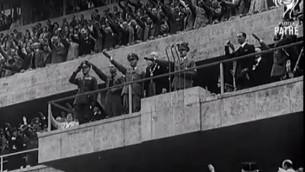 Adolf Hitler pendant les Jeux olympiques de Berlin, en août 1936. (Crédit : capture d'écran YouTube/British Pathé)