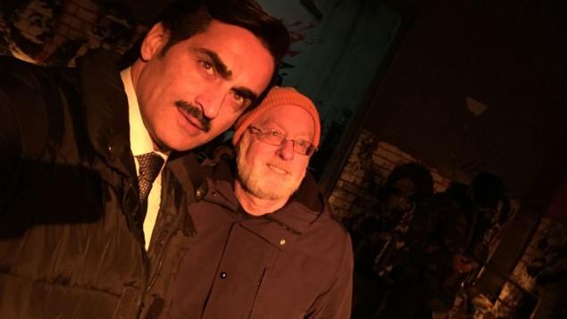 Navid Negahban, connu pour son rôle d'Abu Nazir dans Homeland, avec Howard Kaplan au Maroc. (Crédit : autorisation)
